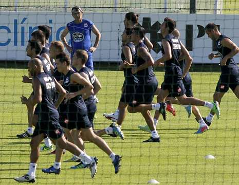 La goleada del Dépor al Lemos, en fotos.Fernando Vázquez ha tenido que recurrir a trece jugadores del filial y el juvenil para completar la convocatoria para Monforte.