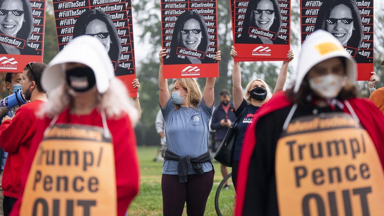 Activista vestidas como en la serie «El cuento de la criada» protestan ante el Capitolio por la confirmación de la jueza Amy Coney Barrett