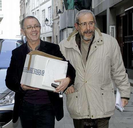 González, á esquerda, chegando á Academia con Bodaño.