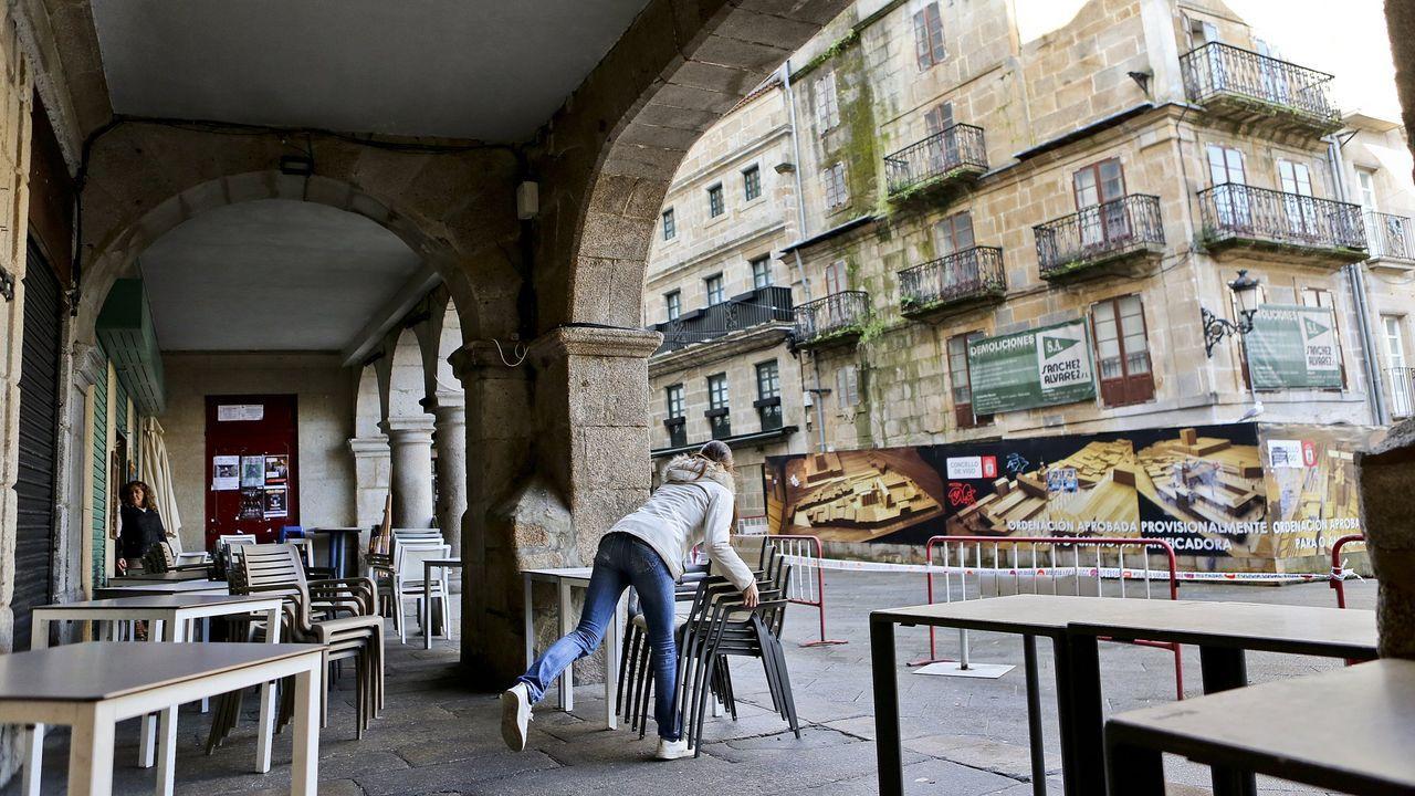 Así tienes que separarte de los demás al hacer deporte.Un peatón con mascarilla camina por los alrededores la catedral de León.