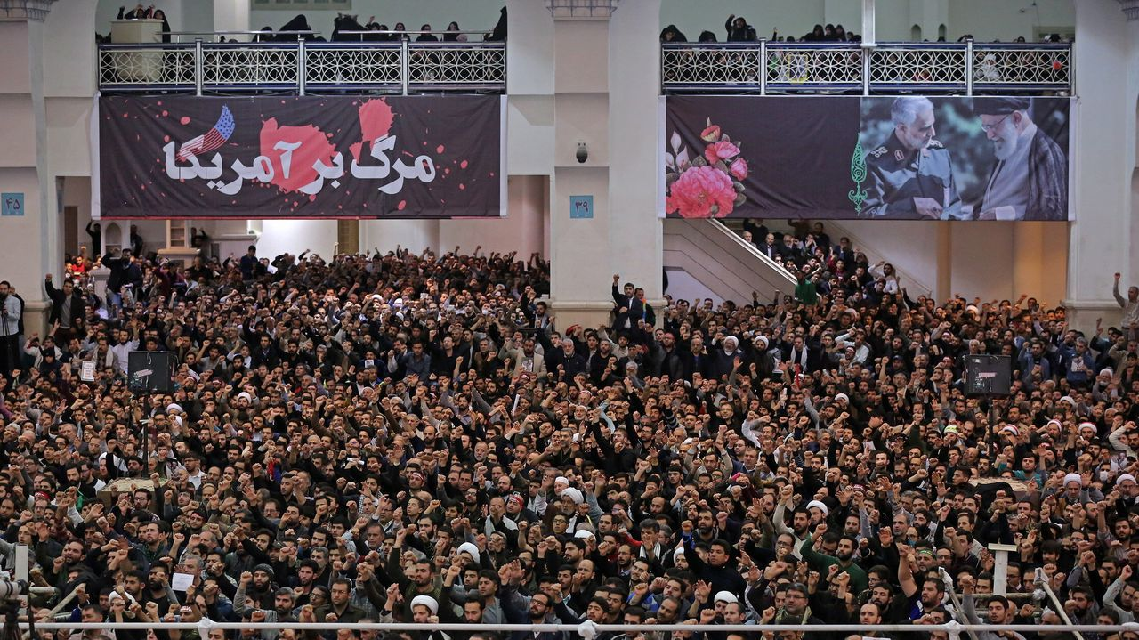 Una multitud corea esloganes a favor del régimen en la oración del viernes en Teherán