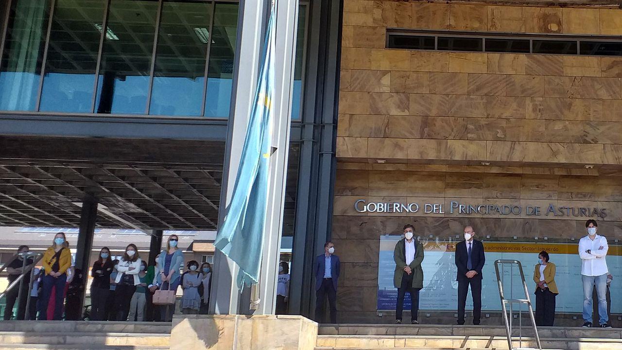 Funcionarios del Principado y consejeros guardan un minuto de silencio delante del edificio del Easmu, en Oviedo