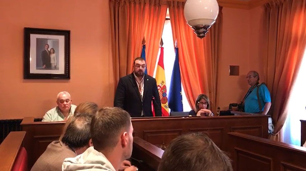 Dimisión de Adrián Barbón, alcalde de Laviana.Daniel Ripa y Javier Pintado