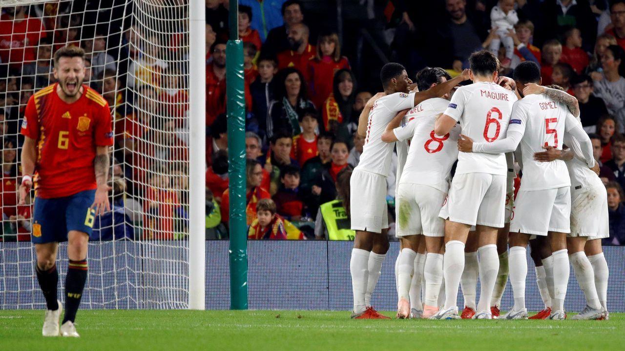 Los meses más duros de Luis Enrique.Santi Cazorla celebrando uno de sus dos goles al Real Madrid