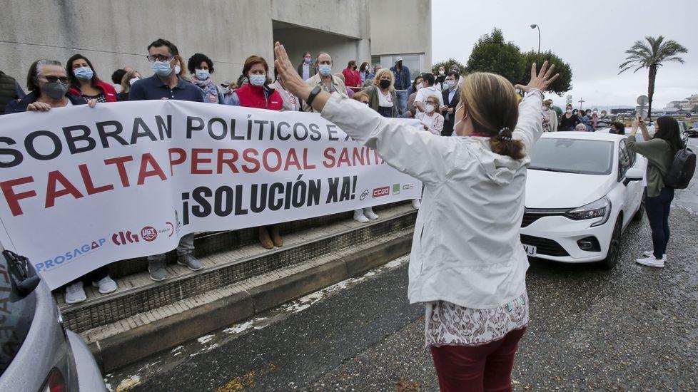 Concentración por la sanidad en el centro de salud de Baltar.Protesta en el Provincial de Pontevedra para reclamar más personal en primaria y en atención hospitalaria