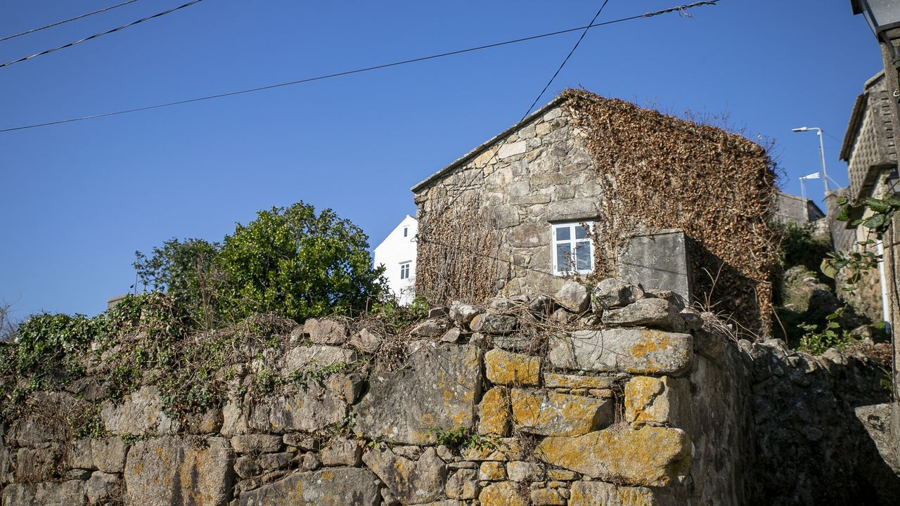Más de doscientos años esconden los muros de esta vivienda para rehabilitar en el núcleo ribeirense de Bretal