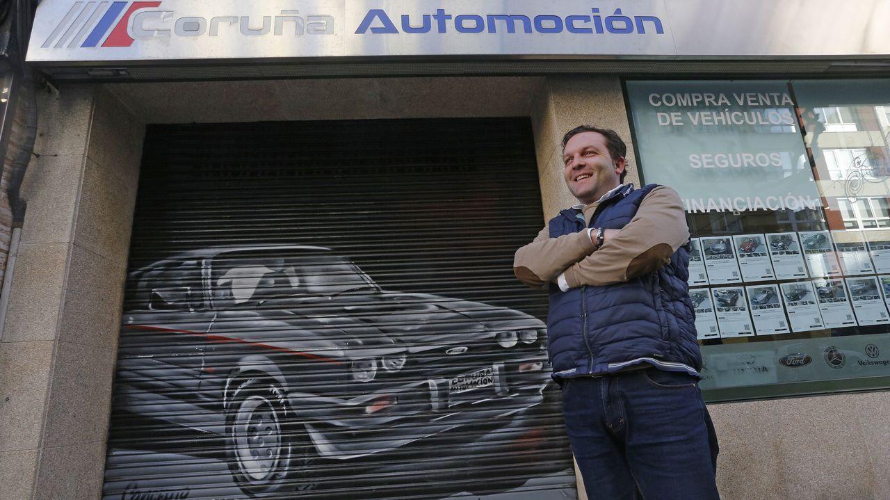 Una amenaza contra el patrimonio.Iván López posa ante el grafiti que encargó para decorar la verja de su tienda en A Coruña