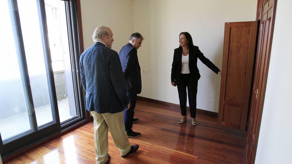 Representantes vecinales de San Xoán entregaron ayer las firmas en el registro municipal.