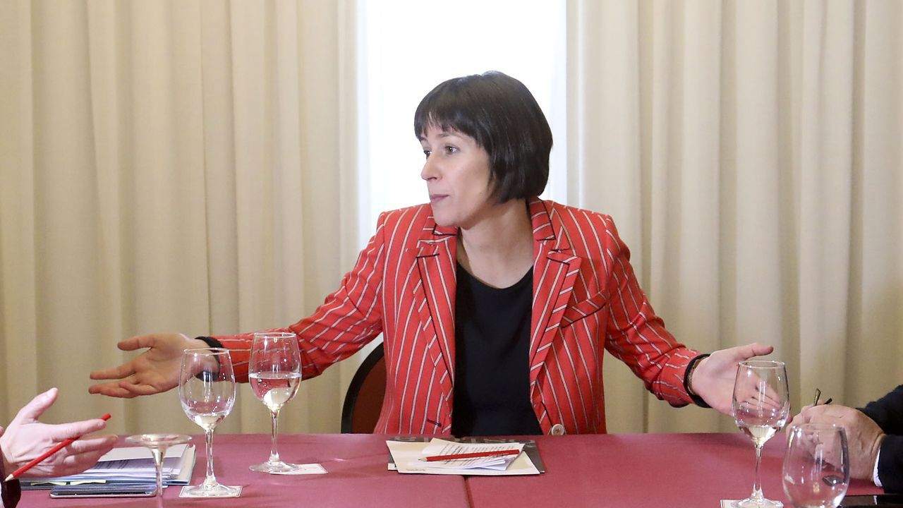 El BNG propone 40 medidas: blindar Galicia, eliminar cuotas a autónomos y reforzar la prevención de violencia machista.Ana Pontón, candidata del BNG a la presidencia de la Xunta, en una reunión en Santiago con cargos municipales de su partido