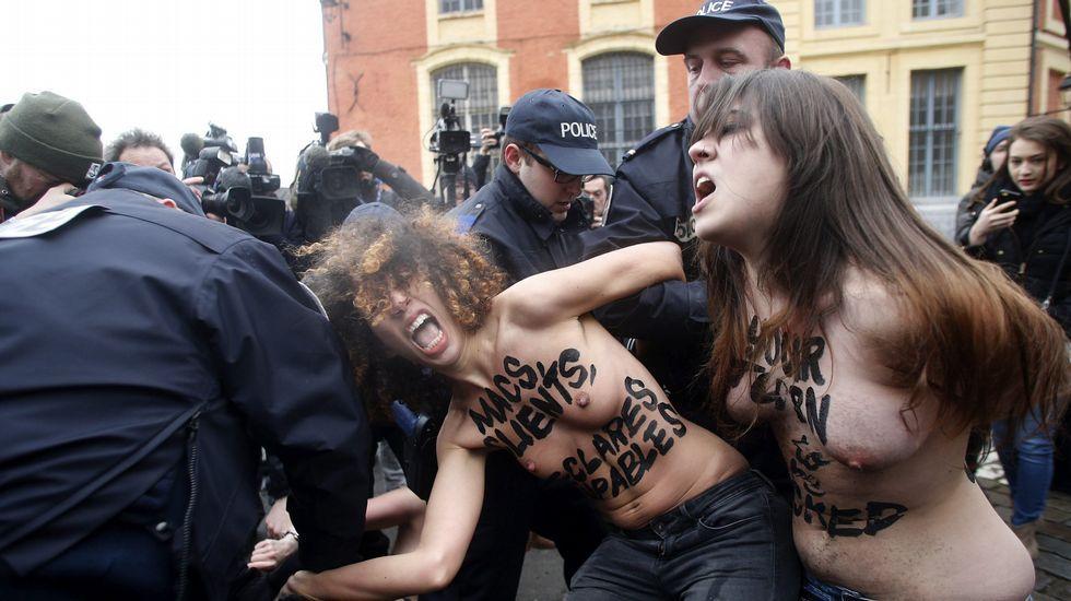 Activistas de Femen ante el coche de Strauss-Khan