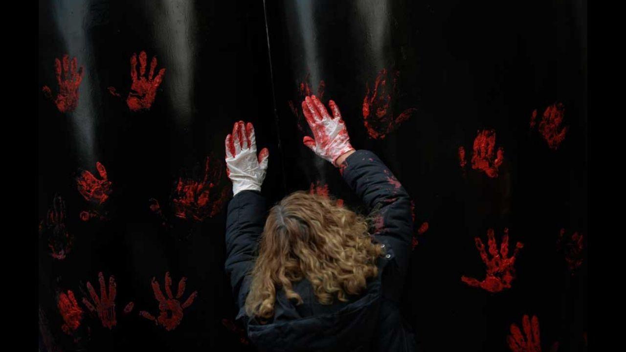 'Manos rojas contra la manada', tercer premiu nel certame de fotoperiodismu de Siero