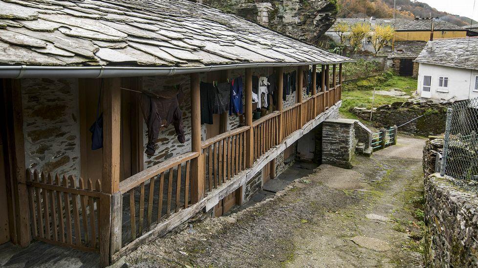 Numerosas viviendas poseen llamativos balcones de madera