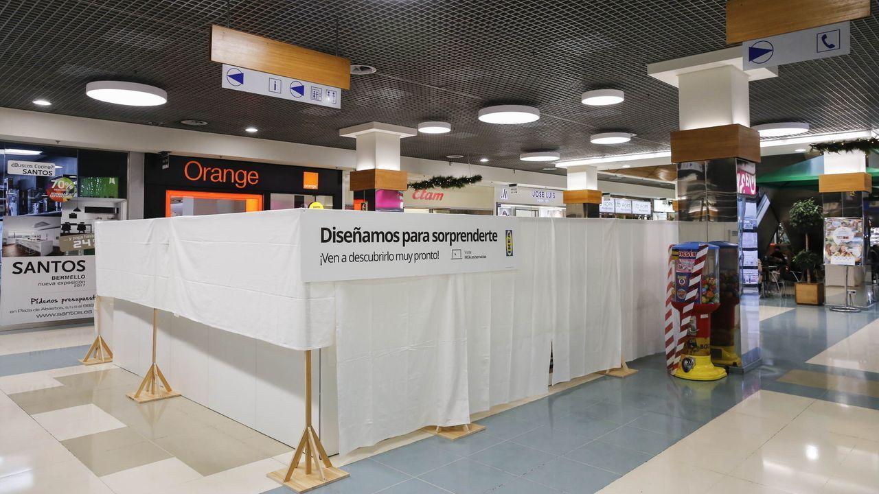 Cosme and Son.Expositor de Ikea en el centro comercial Ponte Vella