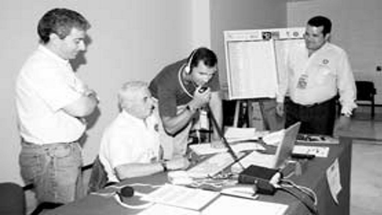José Ramón González Rodríguez (en el centro), al lado del por aquel entonces Príncipe Felipe en un rali en el año 1994