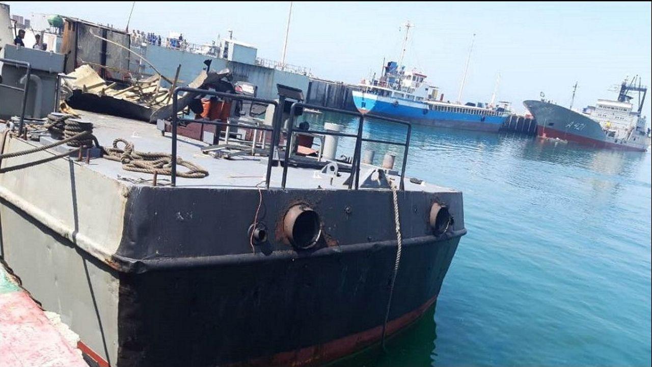 El buque de apoyo Konarak permanece atracado en la dársena del puerto de Jask