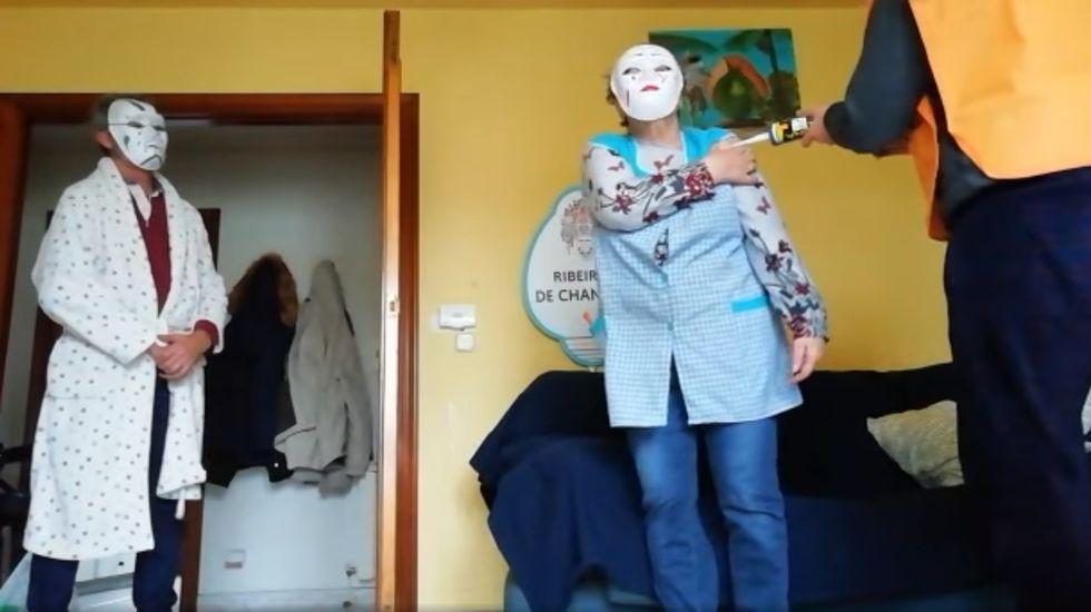 Captura dun vídeo dunha representación caseira de oficios do Entroido Ribeirao feita nunha casa e difundida a través de Internet
