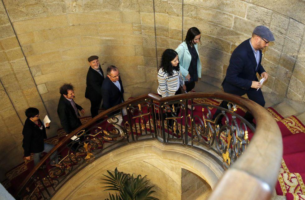 Noriega y seis de los ediles de Compostela Aberta, el sábado camino del pleno de investidura.