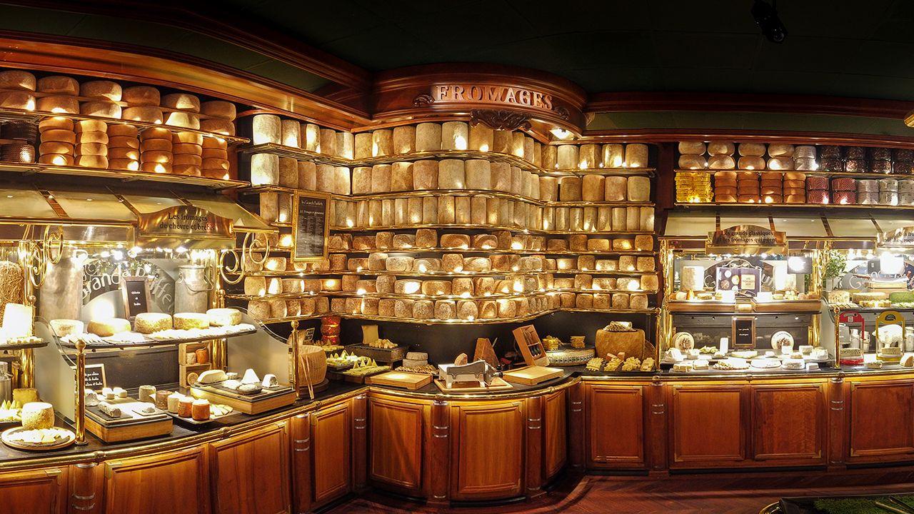 Parte de la variedad de quesos que se ofrecen en el restaurante Les Grands Buffets, en Narbona, Francia