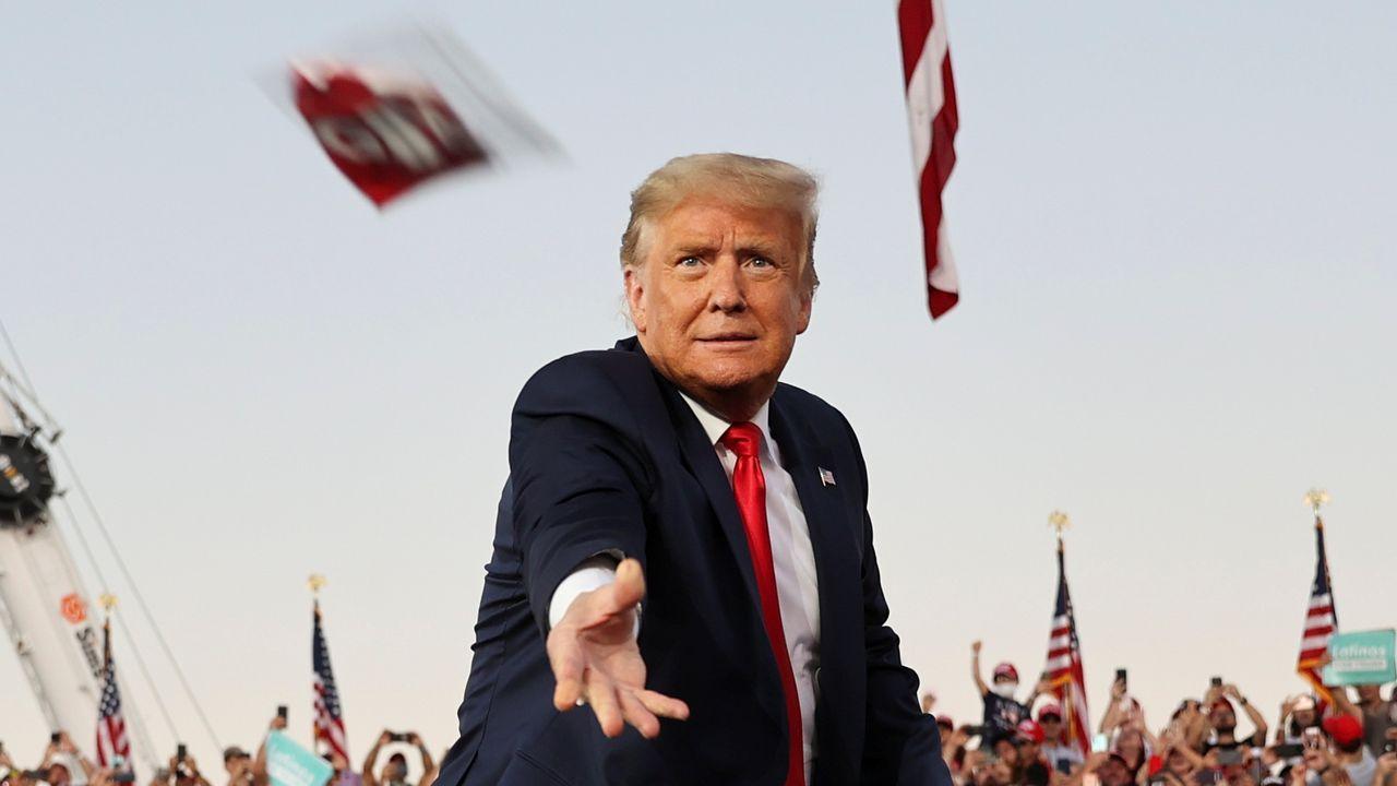Trump lanza una mascarilla desde el escenario de uno de sus mítines, en Florida