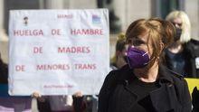 La presidenta de la Federación Plataforma Trans, Mar Cambrollé, acompañada de representantes de colectivos trans, de familias y de grupos políticos
