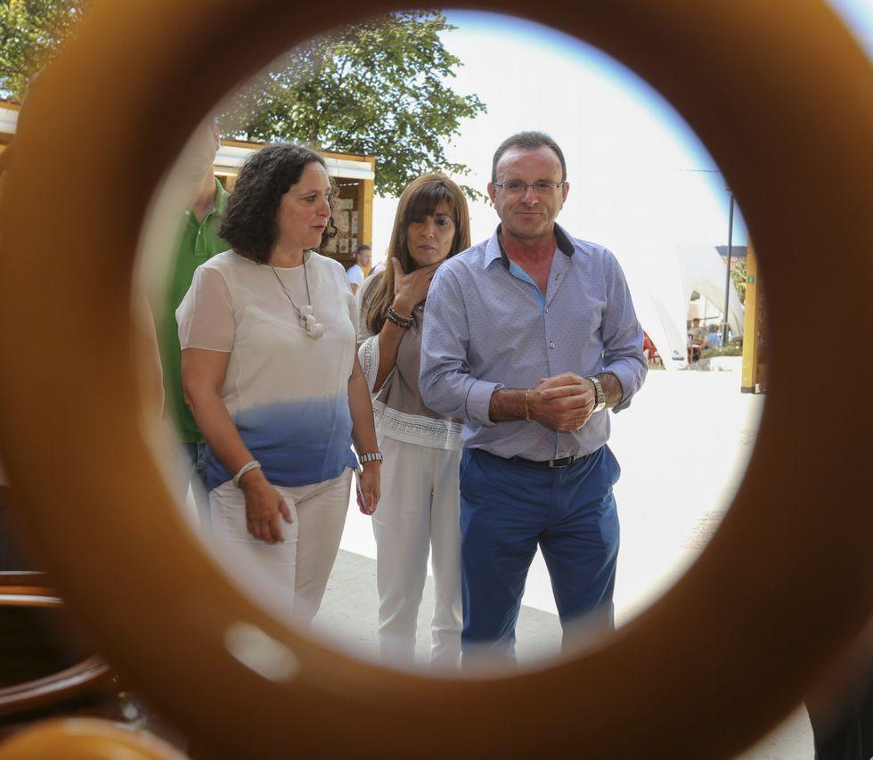 Belén do Campo visitó Melide y conoció a los miembros de las brigadas contraincendios.