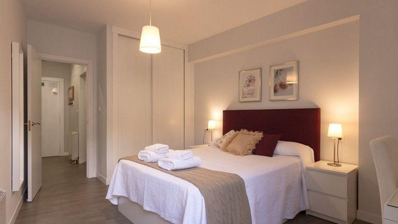 Precioso en Ourense. Situado al lado de la catedral y de las termas, este impecable apartamento se encuentra en pleno casco histórico. Los comentarios destacan la limpieza y el cuidado mobiliario, también su ubicación, además de otros detalles.
