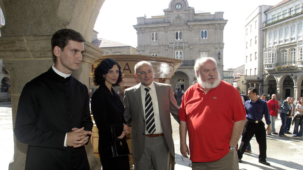 El director José Luis Cuerda (con polo rojo) posa durante un rodaje de «Los girasoles ciegos» con el por entonces alcalde de la ciudad, Francisco Rodríguez; y la actriz Maribel Verdú.