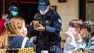 La policía francesa se asegura de que se cumplan los controles sanitarios en un bar de París