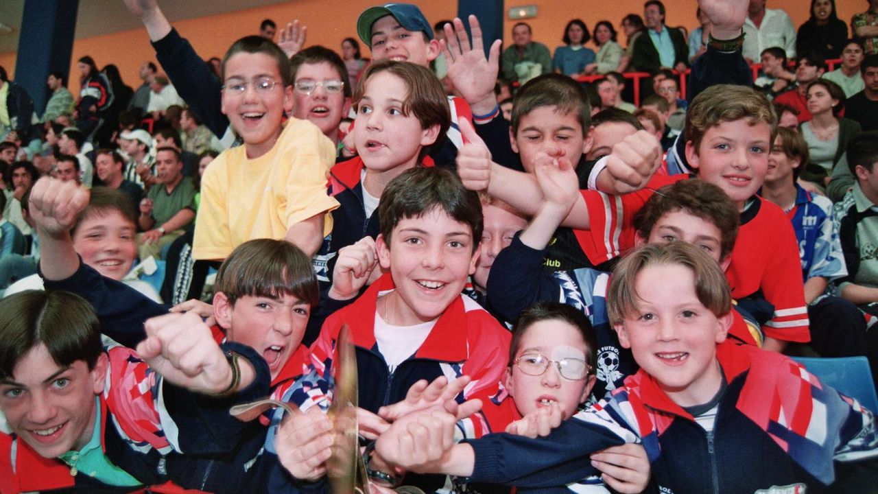 A la derecha, Iago Míguez viendo un partido de fútbol sala en Burela en1999