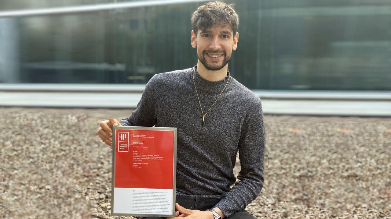 Borja Regueiro, con la joya-relicario que ha diseñado colgada al cuello y el diploma del premio IF Design Awards