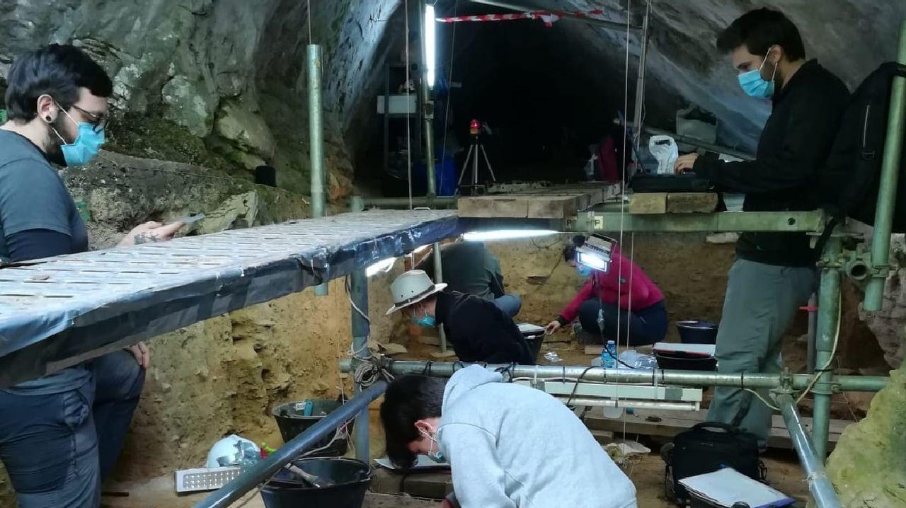 Los arqueólogos trabajaron en la cueva organizados en distintos turnos para cumplir las normas de seguridad sanitaria