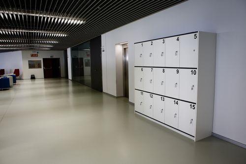 Biblioteca Pública de Ourense.Hay varias zonas con taquillas para los usuarios de la biblioteca.