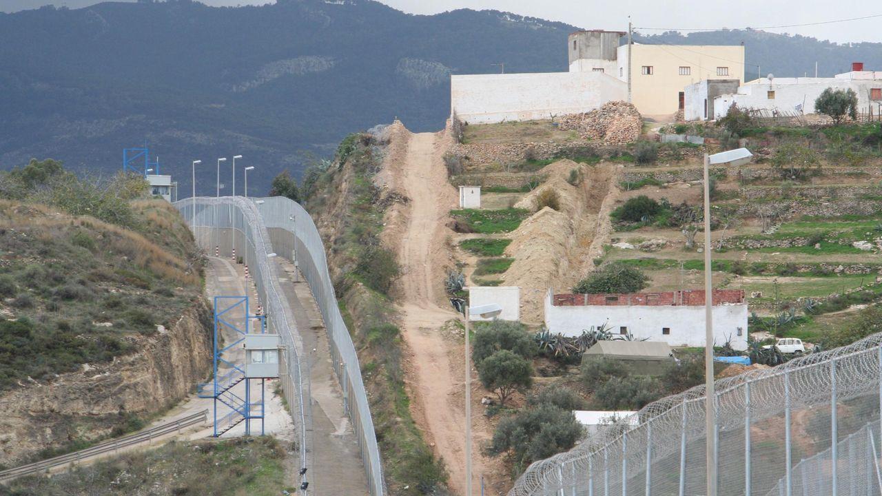 Mujer trabajando.Valla fronteriza entre Melilla y Marruecos