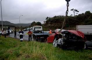 El Volkswagen Scirocco fue a parar a una zona rocosa cerca de la depuradora de Brens.
