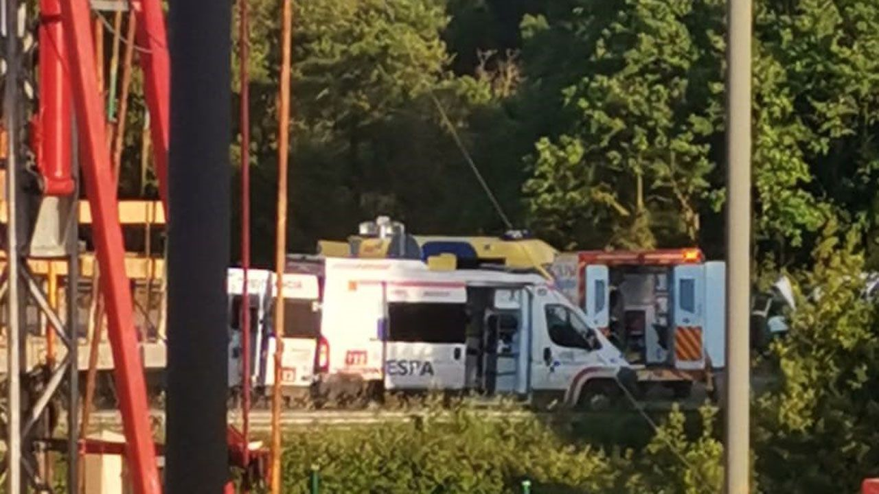 Un vehículo atropella en la calzada a una yegua y su potro.Ambulancias en un accidente de tráfico en Luanco