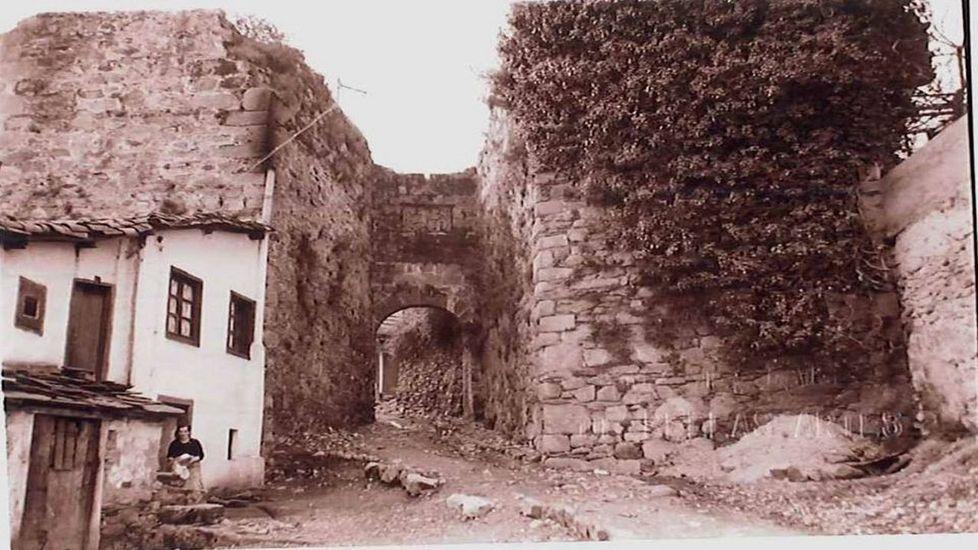 Recorrido visual por las cascadas del valle del Lóuzara.Viviendas anexas a la muralla, ya desaparecidas, en una foto antigua de la Porta Nova