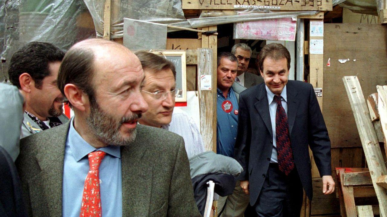 Rubalcaba con Zapatero en 2001 en el campamento de los trabajadores en huelga de Sintel en Madrid