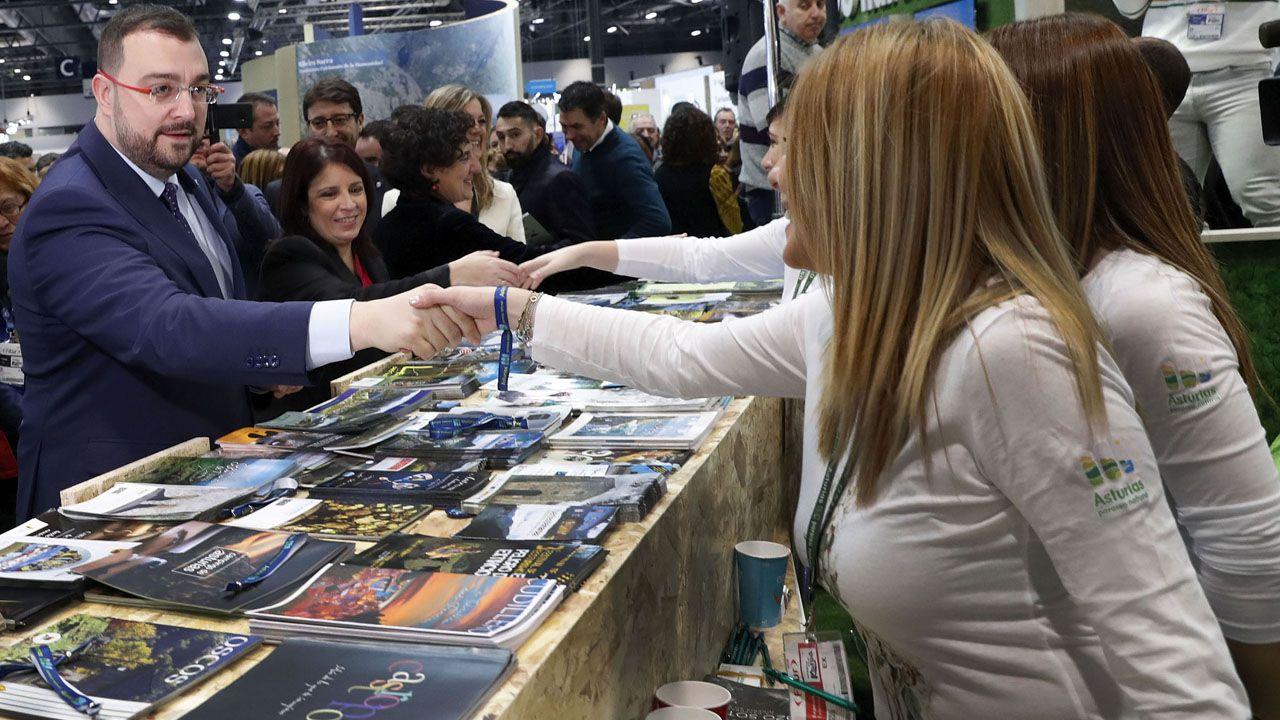 Adrián Barbón y Adriana Lastra saludan al personal que trabaja en el pabellón de asturias en Fitur