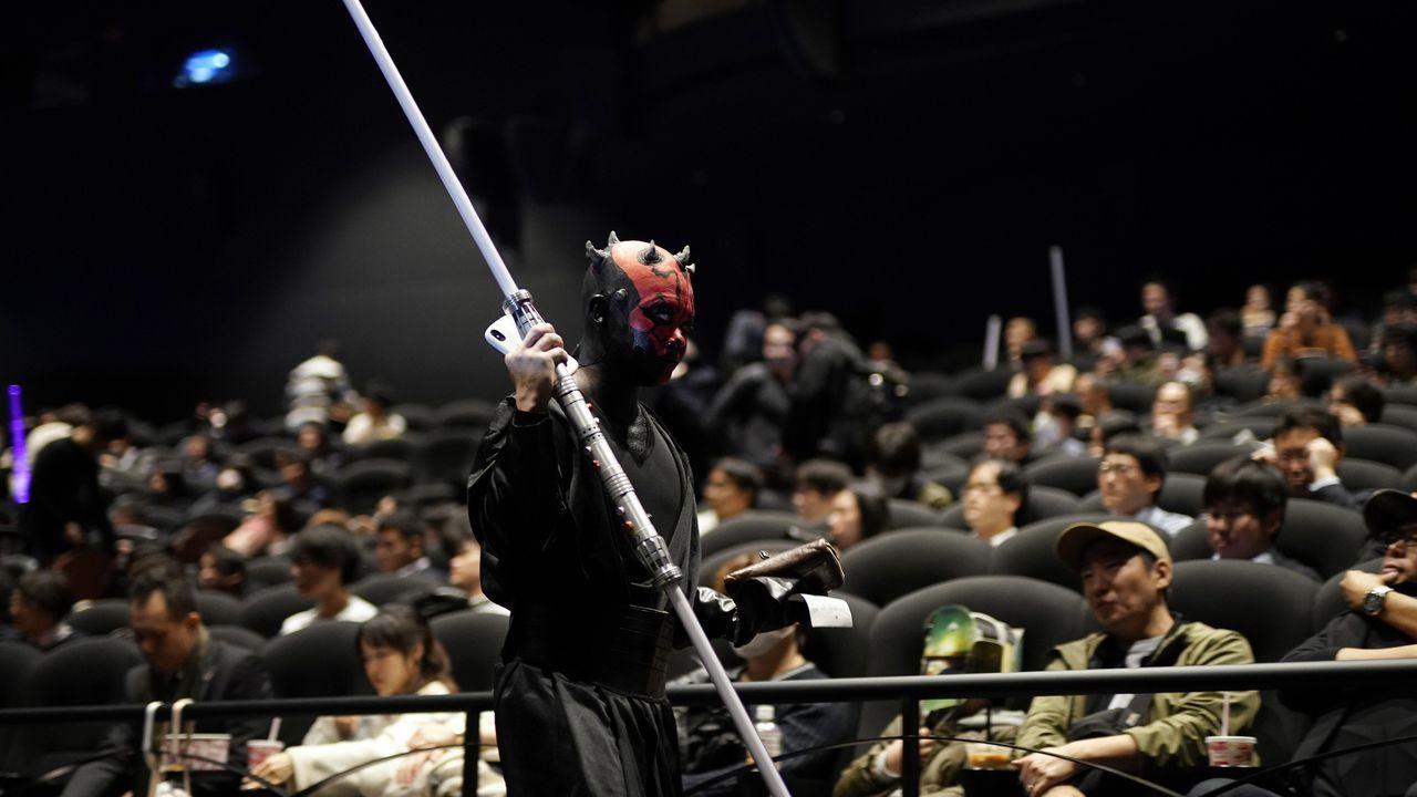 Fans de la saga galáctica en Tokio acudieron disfrazados al estreno del filme