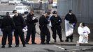 Miembros de la policía científica buscan pruebas en el lugar donde fue asesinada McKee