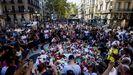 Cientos de ciudadanos se concentraron en Las Ramblas para dejar flores y velas encendidas el día después de los atentados del 17A