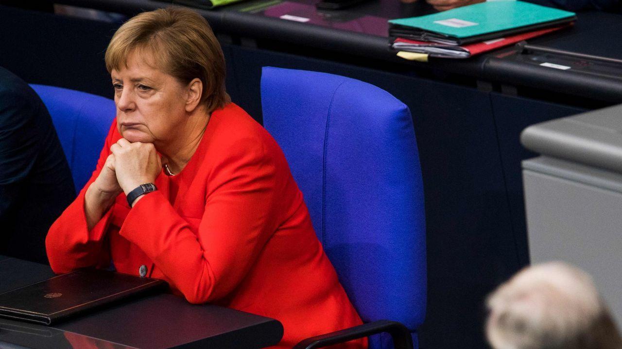 Juncker saluda a Theresa May a su llegada al primer día del Consejo Europeo en Bruselas