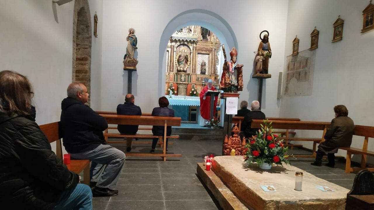 Los feligreses tuvieron que guardar distancias entre ellos y la imagen del santo tenía un cartel de  no tocar