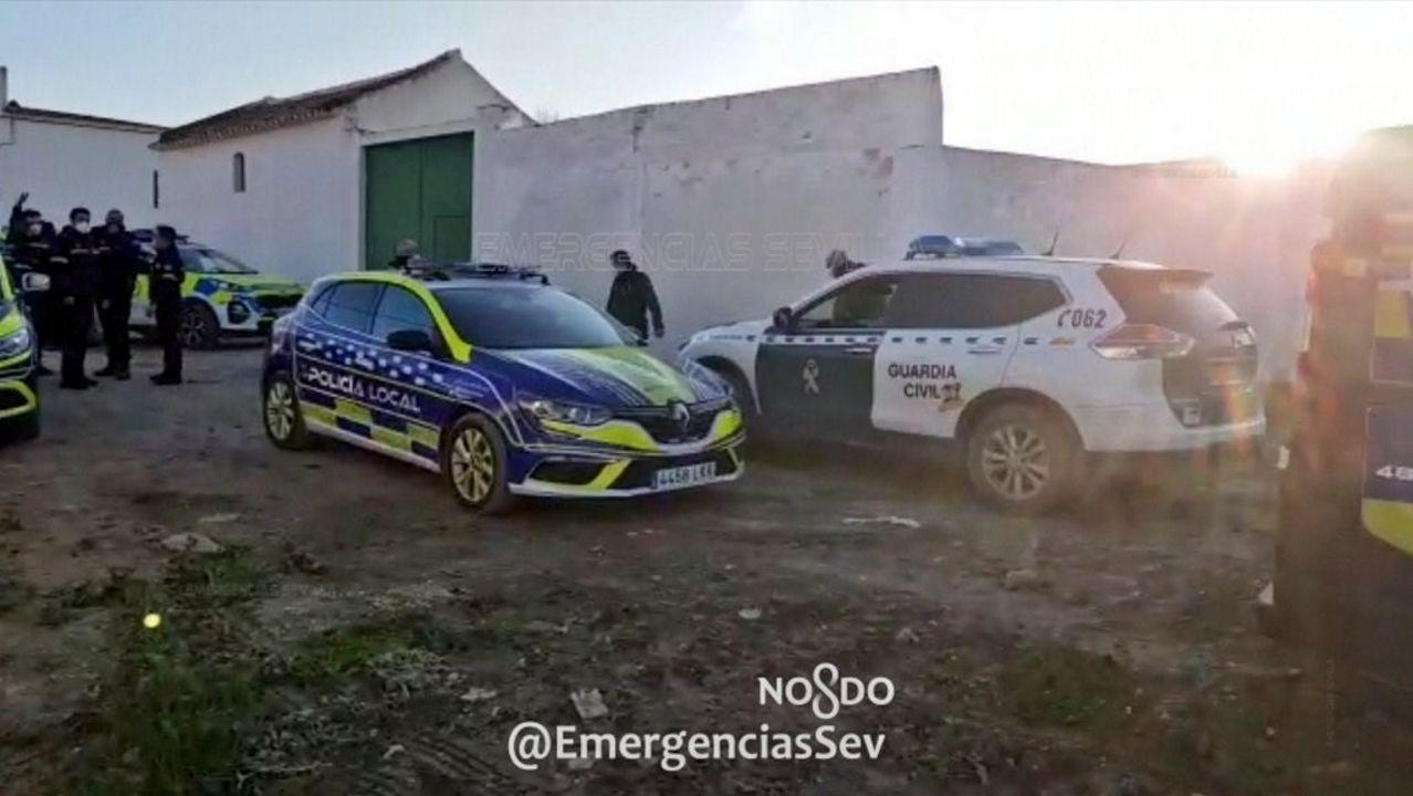 Sanitaria lleva de la mano a una interna de una residencia de Gijón después de vacunarse contra el covid-19
