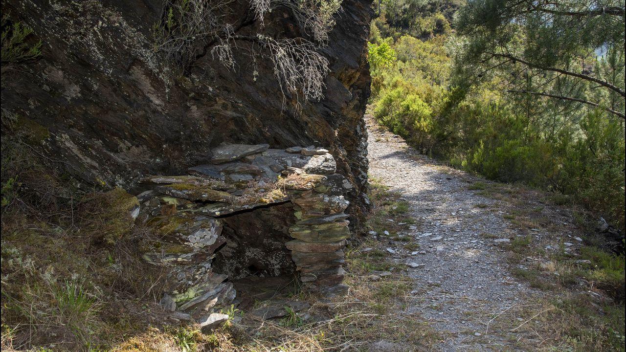 Un pequeño refugio de piedra en un tramo del camino