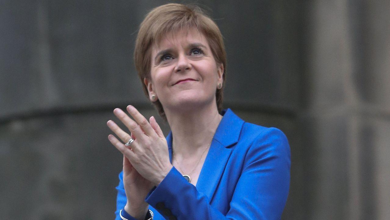 El mundo toma el pulso a la pandemia.La primera ministra escocesa, Nicola Sturgeon, en el aplauso diario a los sanitarios
