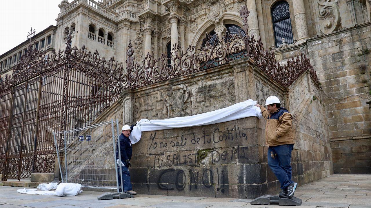 La catedral de Santiago amanece con dos nuevas pintadas