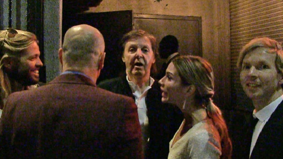 Paul McCartney se queda sin entrar a la fiesta de Tiga.LINCES POP EN LOS AÑOS SESENTA
