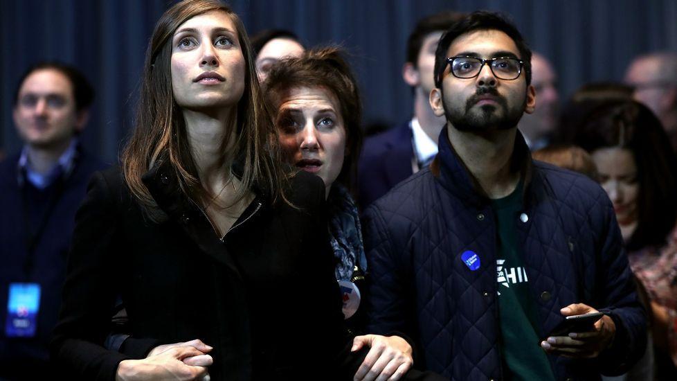 Seguidores demócratas se toman las manos.