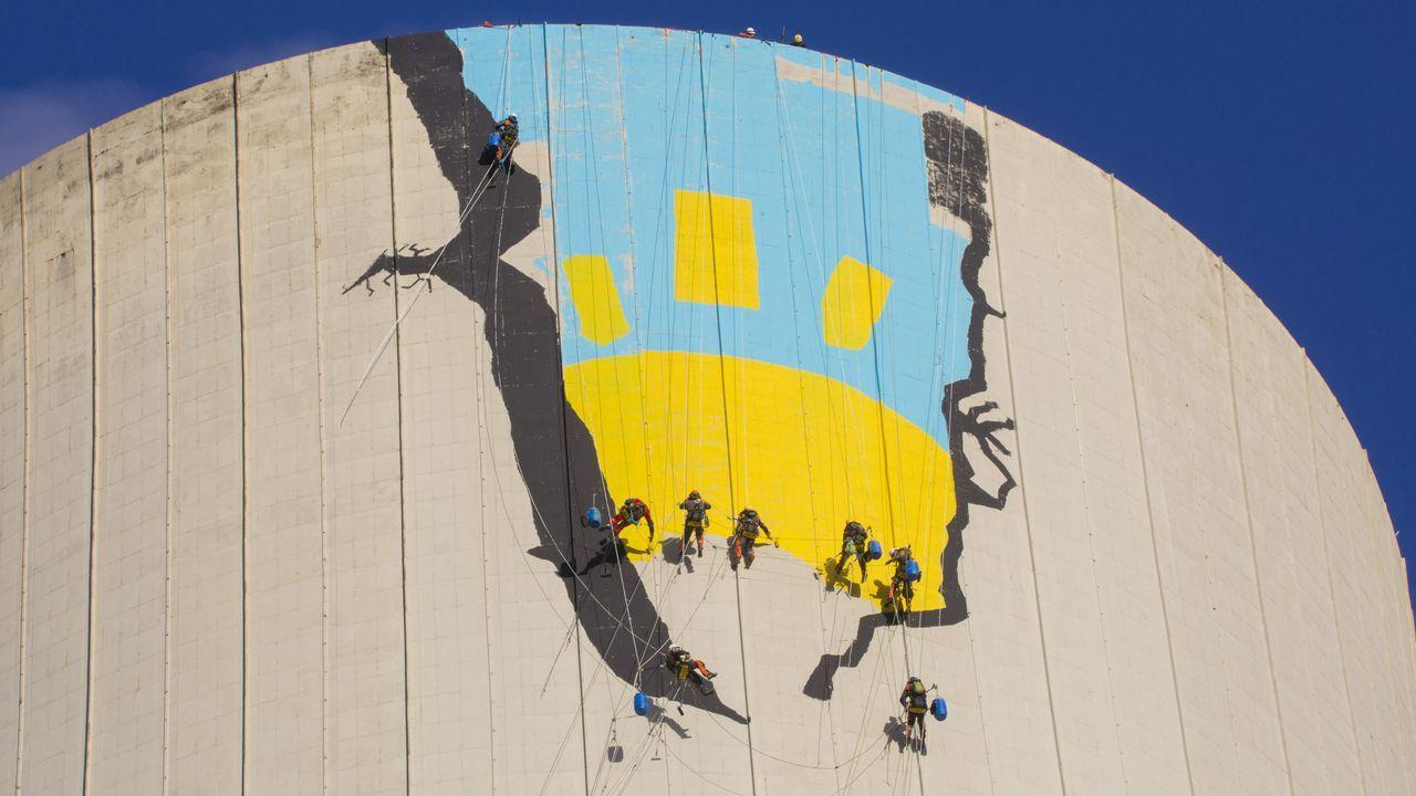Activistas de Greenpeace escalan la torre de la central térmica de Meirama.El nuevo presidente de México, a su llegada al Palacio Nacional para la recepción oficial